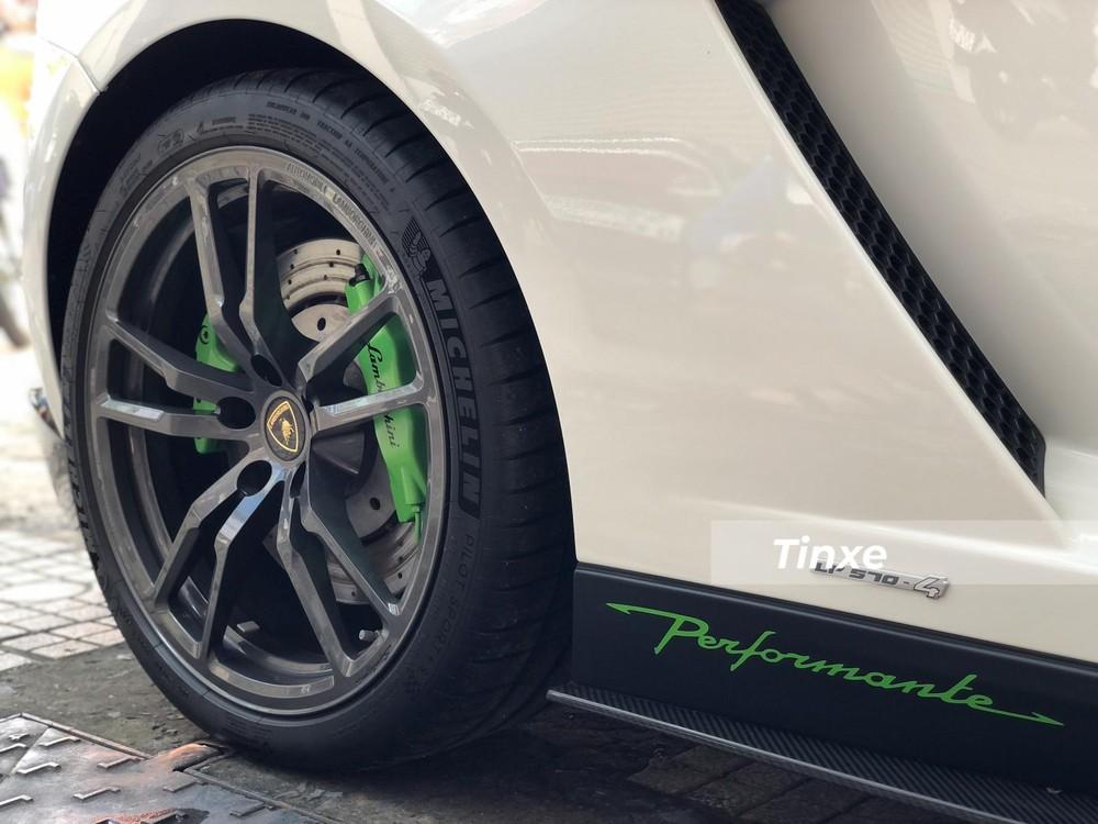 Nẹp sườn bằng carbon và dòng chữ Performante màu xanh lá cây