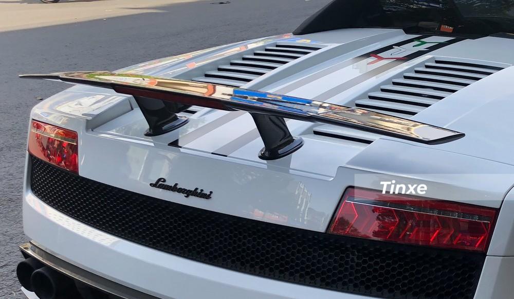 Đuôi xe cũng rất cá tính và được đánh giá đẹp mắt hơn cả đàn em sau này là Lamborghini Huracan