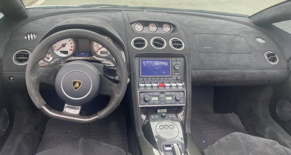 Toàn bộ khoang lái của siêu xe mui trần Lamborghini Gallardo LP570-4 Spyder Performante độc nhất Việt Nam