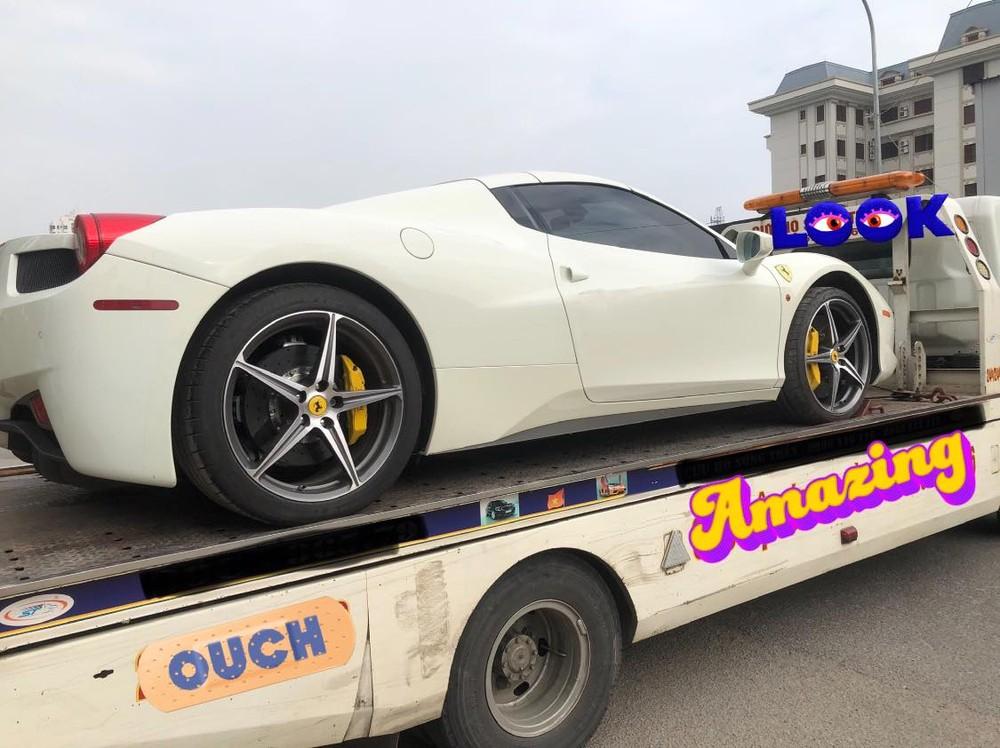 Hình ảnh chiếc siêu xe mui trần Ferrari 458 Spider nằm trên xe chuyên dụng chuẩn bị vào Sài thành