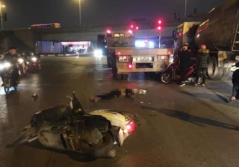 Hiện trường vụ va chạm giao thông giữa xe máy và container vào tối qua tại Hà Nội