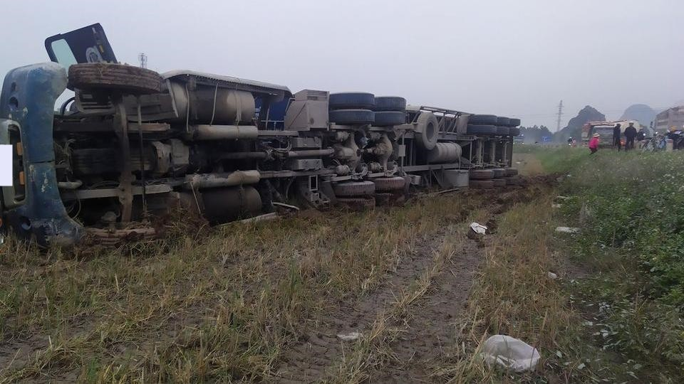 Nguyên nhân ban đầu có thể do lái xe container buồn ngủ dẫn đến lao xe xuống ruộng