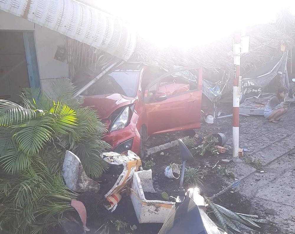 Hiện trường vụ tai nạn Chevrolet Spark mất lái, tông sập quán cà phê bên đường Quốc lộ 51 làm một người bị thương