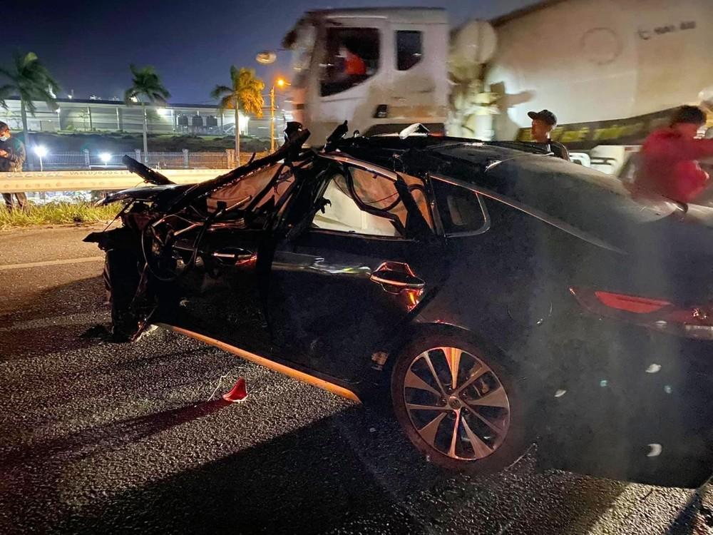 Vụ va chạm giao thông với xe container làm chiếc xe Kia Optima biến dạng nặng bên hông đầu xe và cửa tài xế