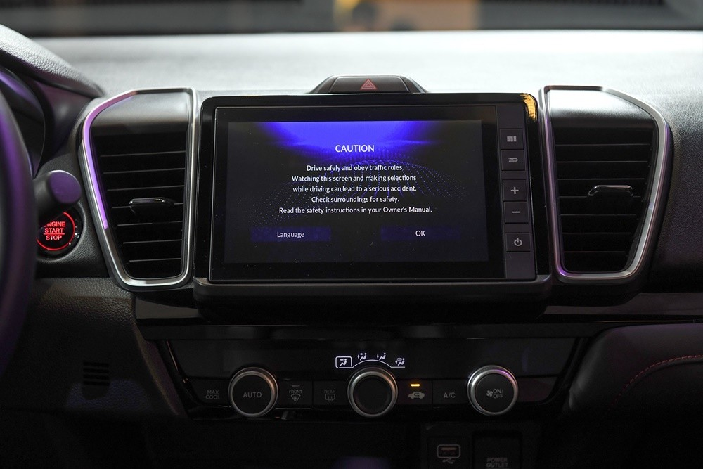 Màn hình giải trí dạng cảm ứng kích cỡ 8 inch, có hỗ trợ kết nối Apple CarPlay và Android Auto.