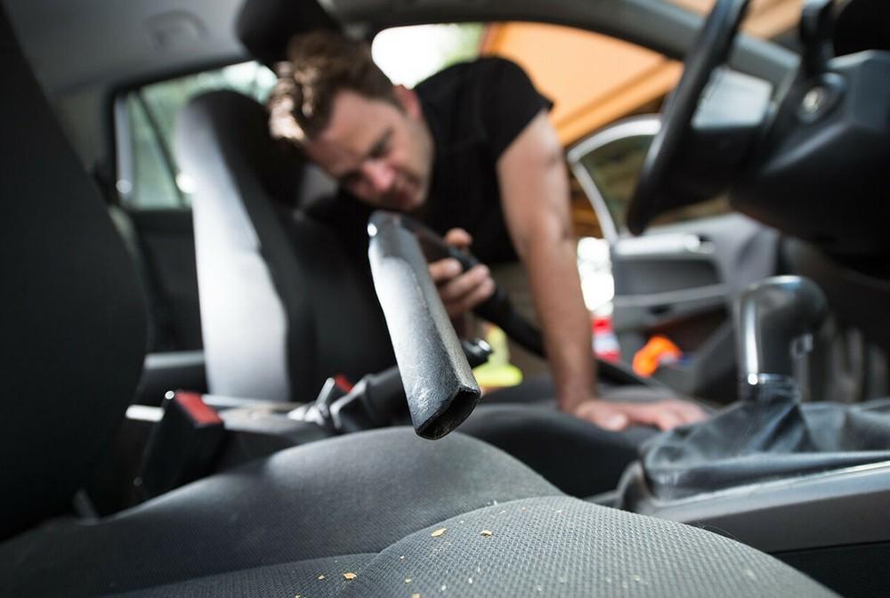 Máy hút bụi ô tô giúp vệ sinh nội thất nhanh chóng và sạch sẽ hơn.