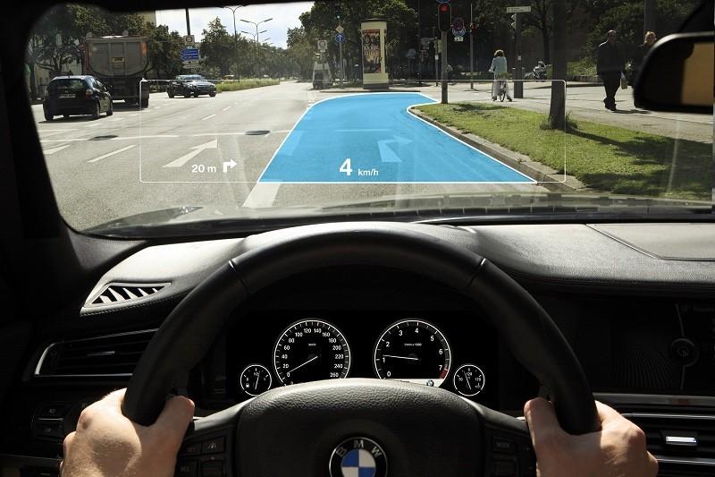 Công nghệ HUD thường được tích hợp với kính lái trên xe cao cấp.