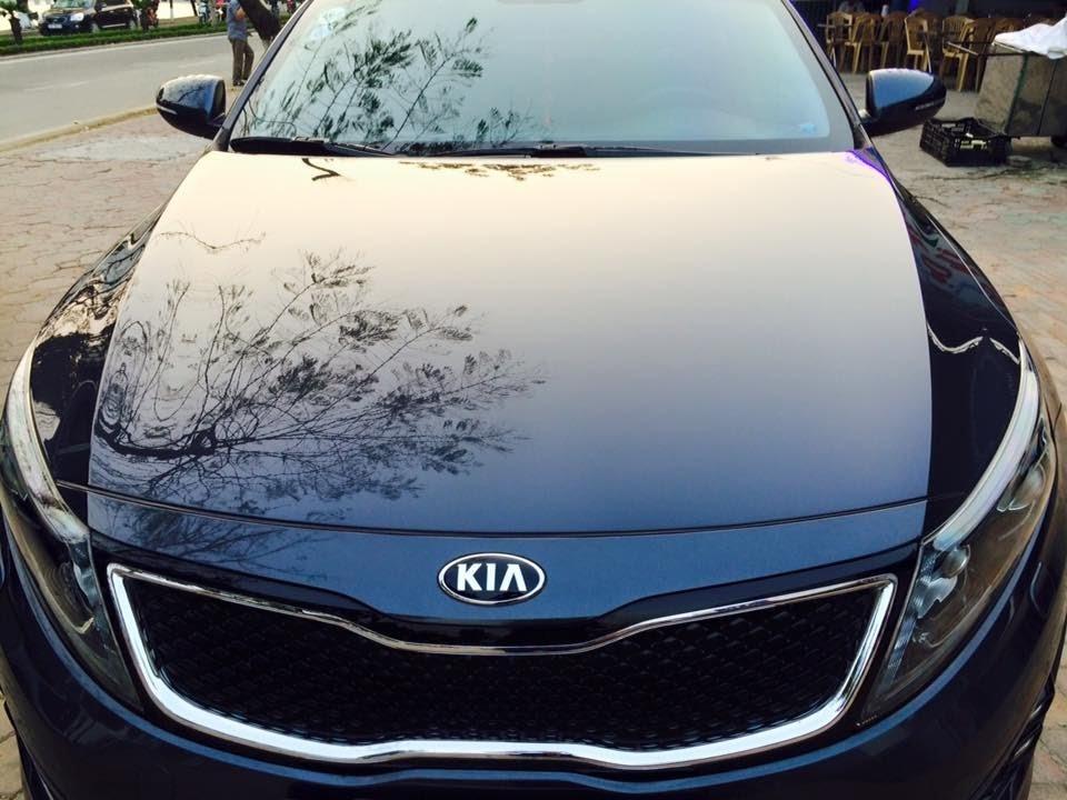 Đánh bóng xe giúp ô tô đẹp mắt hơn, tuy nhiên các chủ xe không nên lạm dụng.