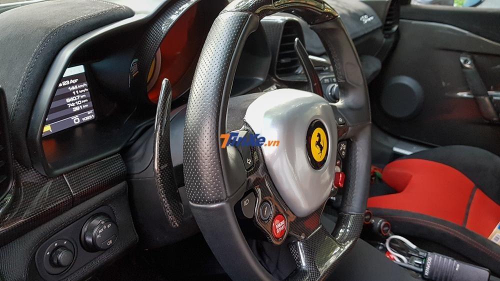 Khoang lái xe có khá nhiều chi tiết bằng carbon