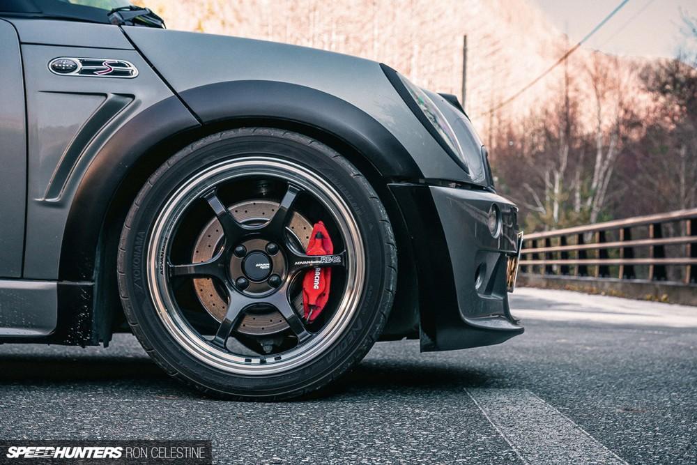 Bộ vành la-zăng và cùm phanh màu đỏ của chiếc Mini Cooper S