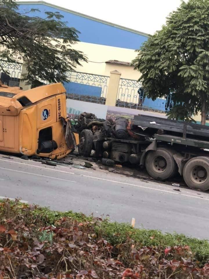 Chiếc xe đầu kéo bị hư hỏng nặng
