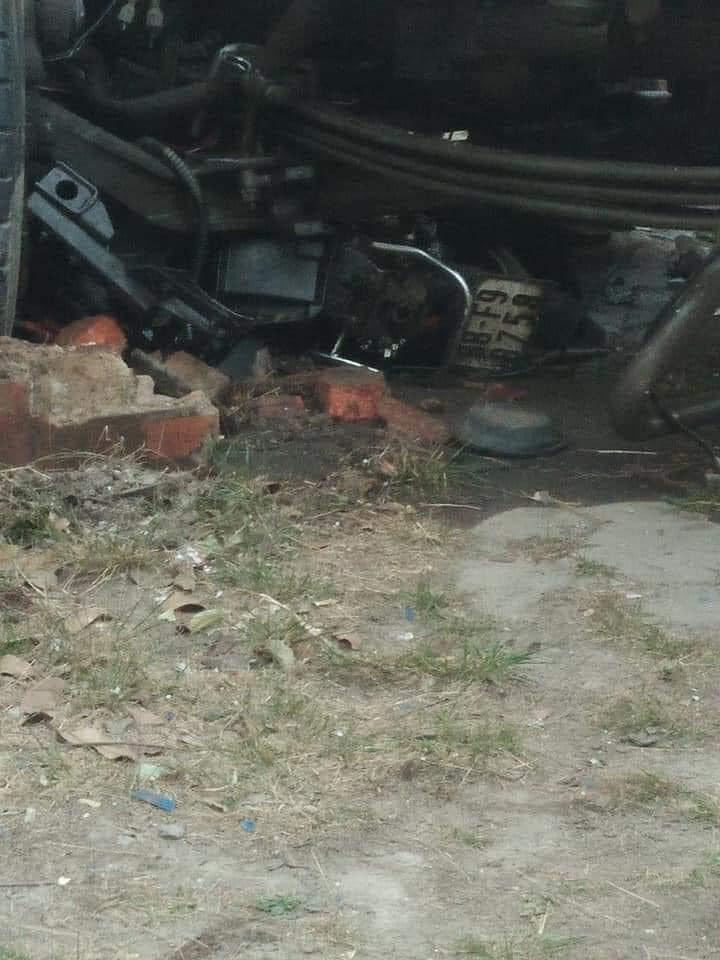 Chiếc xe máy nằm dưới gầm xe đầu kéo
