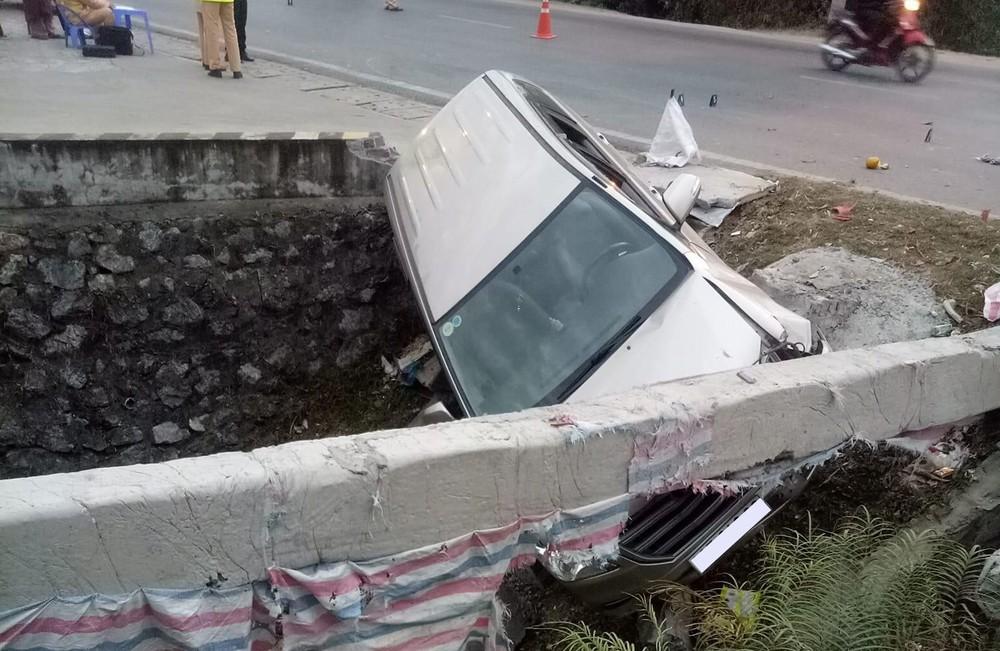 Sau va chạm với xe máy, Toyota Innova lao xuống cống bên đường, 1 người thương nặng