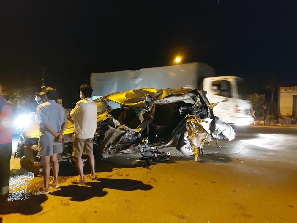 Cả3 người di chuyển trên xe Toyota Innova bị thương nặng sau tai nạn