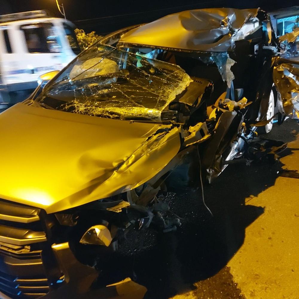Chiếcxe Toyota Innova biến dạng nặng sau tai nạn với xe tải