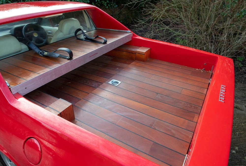 Phần thùng xe dài 137 cm và được lát gỗ tếch