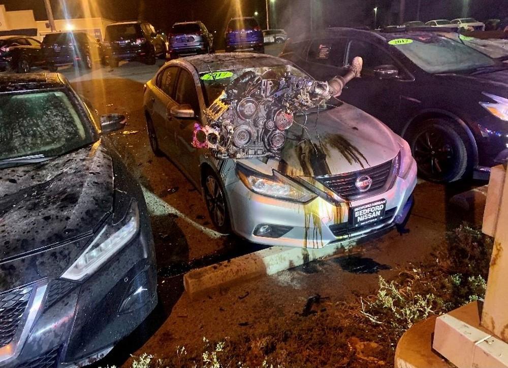 Động cơ của chiếc Audi rơi ra khỏi xe, nằm trên nắp ca-pô của một chiếc Nissan