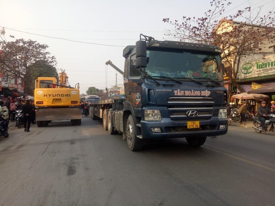 Hiện trường vụ tai nạn dồn toa của xe đầu kéo có kéo theo rơ-móoc, ô tô Hyundai Getz và xe khách trên QL3, Thái Nguyên vào chiều qua