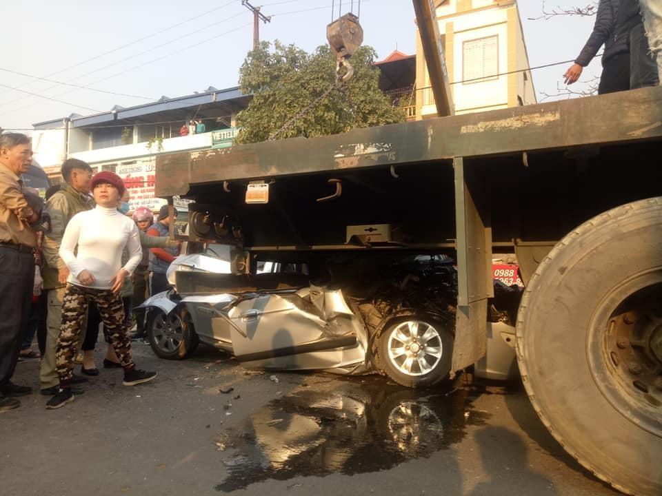 Chiếc xe Hyundai Getz bị vò nát sau khi xe khách tông từ phía sau và đẩy chiếc ô tô này tông vào xe container