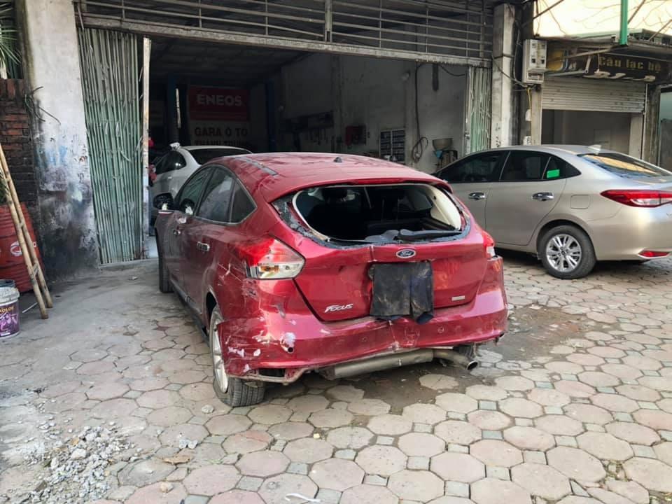 Chiếc Ford Focus bị biến dạng phần đuôi xe sau vụ tai nạn