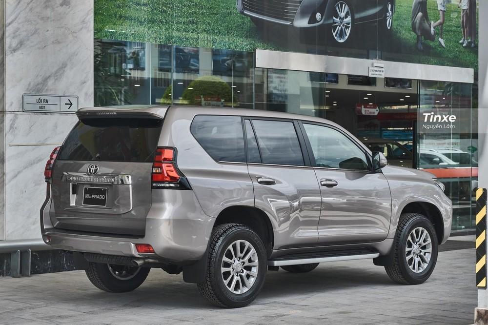 Sở hữu nhiều đường nét thiết kế từ người anh Land Cruiser nhưng Toyota Land Cruiser Prado lại có diện mạo trẻ trung hơn.