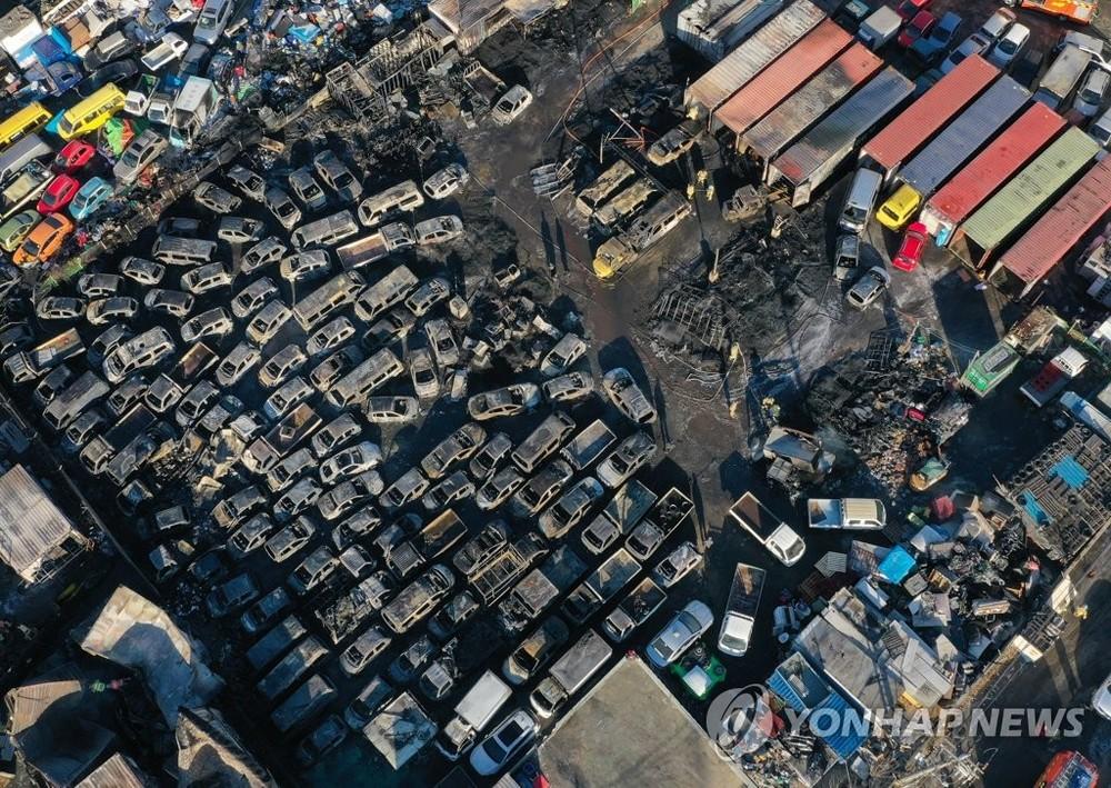 Không chỉ những chiếc ô tô nằm ngoài bãi mà xe trong container cũng bị cháy