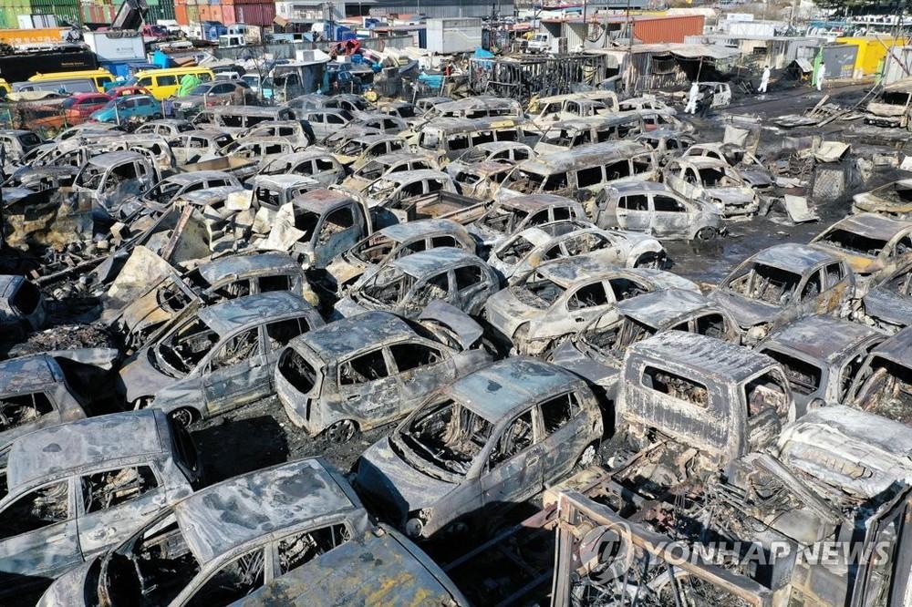 Hơn 100 chiếc ô tô cháy chỉ còn trơ khung sắt