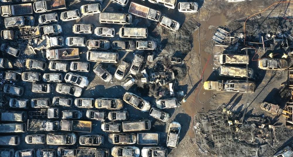 Những chiếc ô tô được xếp sát với nhau trong bãi