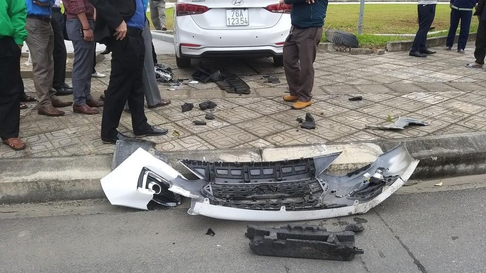 Mặt ca-lăng của chiếc ô tô này nằm trên lòng đường