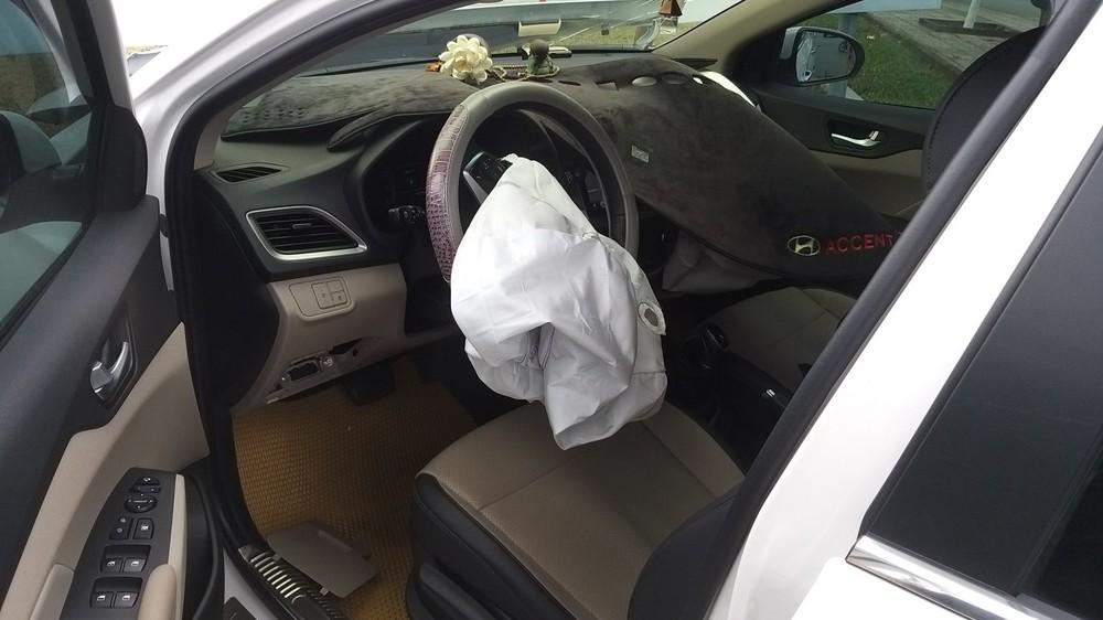 Túi khí bên trong chiếc Hyundai Accent bung ra