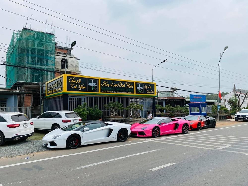3 chiếc siêu xe Lamborghini Aventador LP700-4 đỗ trước một cơ sở buôn bán lan đột biến tại tỉnh Bình Phước