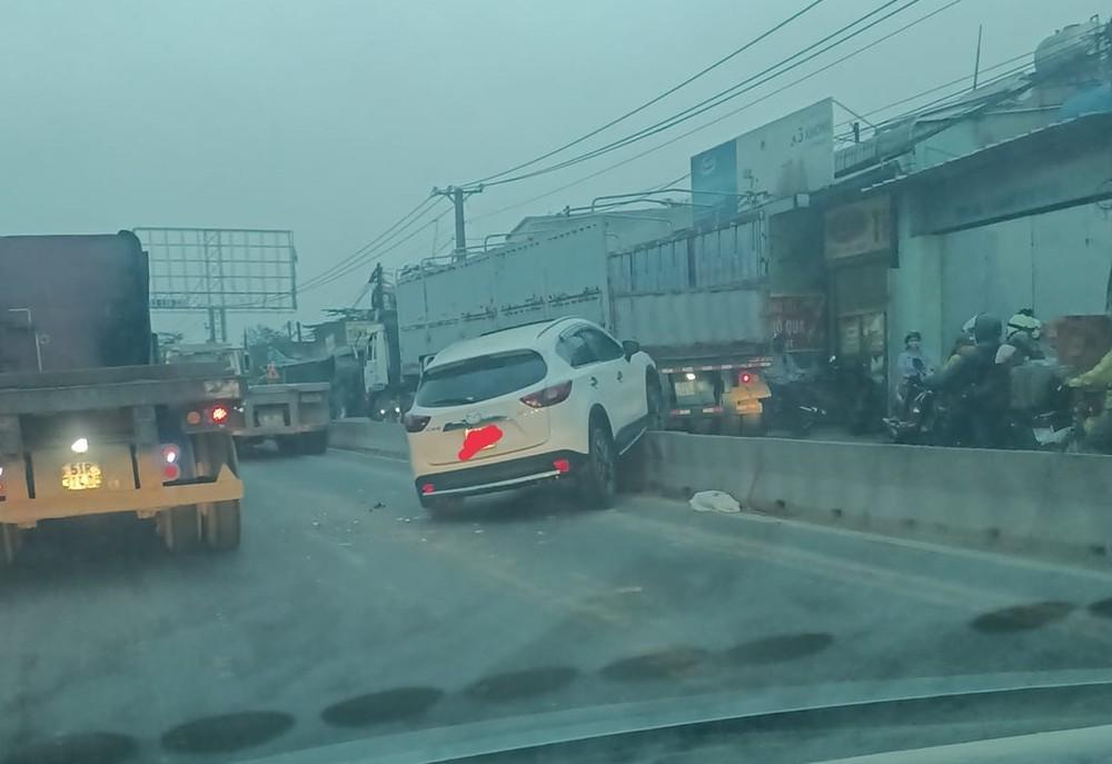Chiếc xe Mazda CX5 xảy ra va chạm với xe container vào sáng sớm