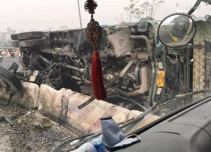 Chiếc xe ben hư hỏng nặng sau tai nạn