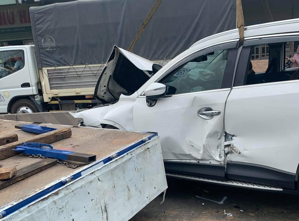 Chiếc xe Mazda CX5 hư hỏng nặng sau va chạm với xe container