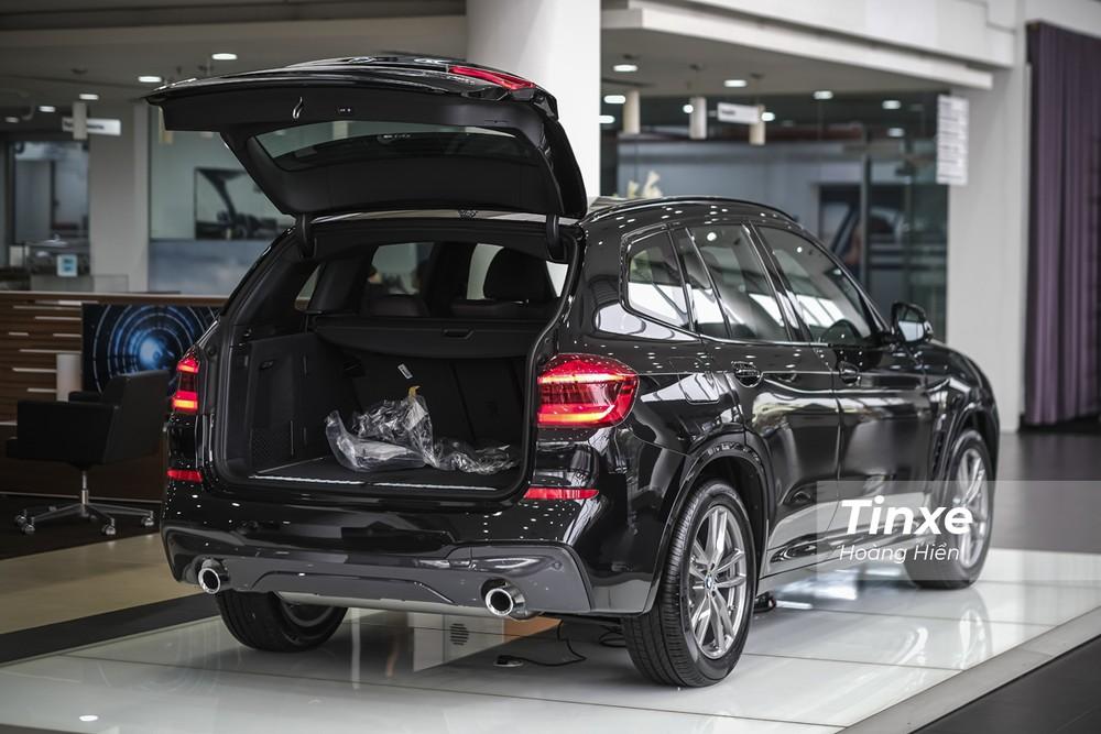 BMW X3 xDrive30i M Sport được trang bị ống xả kép dạng tròn phía sau cùng với cửa khoang hành lý có thể đóng mở tự động thông qua nút bấm.