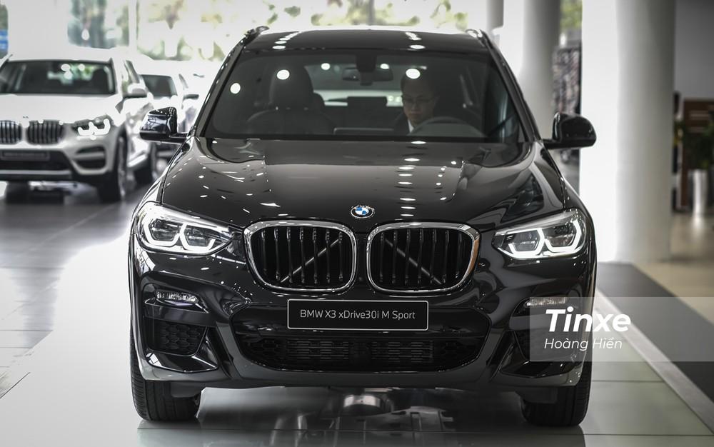 Ở phần đầu xe, dễ dàng nhận ra sự thay đổi lớn ở hệ thống đèn chiếu sáng của BMW X3 xDrive30i M Sport với dải đèn LED định vị ban ngày được thiết kế góc cạnh hơn.