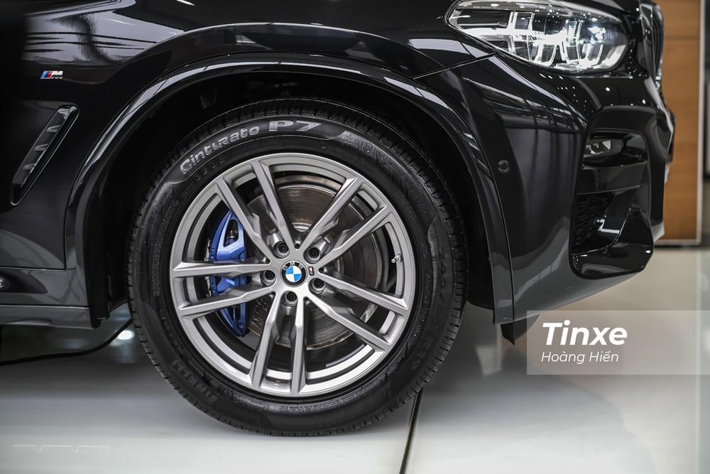 BMW X3 xDrive30i M Sport được trang bị bộ vành 5 chấu kép kích thước lên tới 19 inch và đi kèm với đó là cùm phanh màu xanh nổi bật