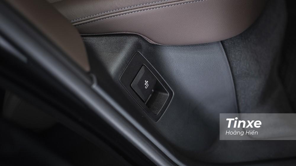 Tiếp theo chính là nút ngả lưng ghế bằng cơ cho phép người ngồi hàng ghế sau có thể thay đổi góc nghiêng của tựa lưng, thoải mái hơn khi di chuyển trên đường dài.