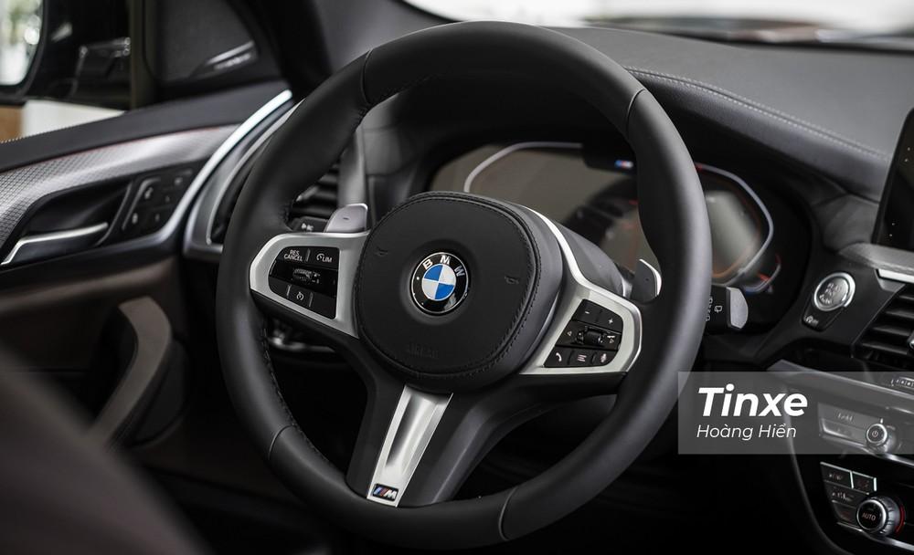 Vô-lăng ba chấu thể thao được trang bị trên BMW X3 xDrive30i M Sport cùng với lẫy gẩy số phía sau vô-lăng.