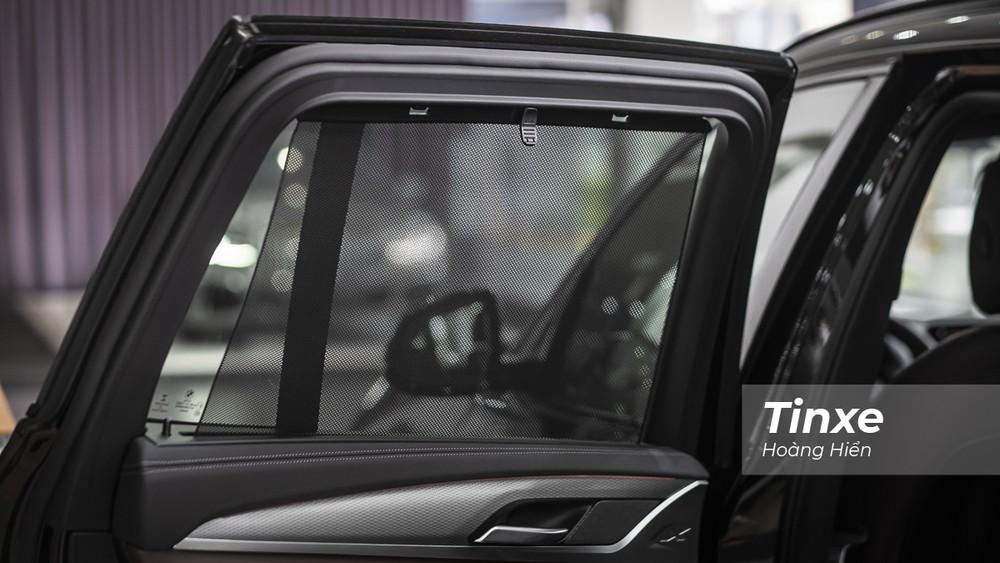 BMW X3 xDrive M Sport vẫn được trang bị rèm che nắng cửa sổ dạng chỉnh cơ.
