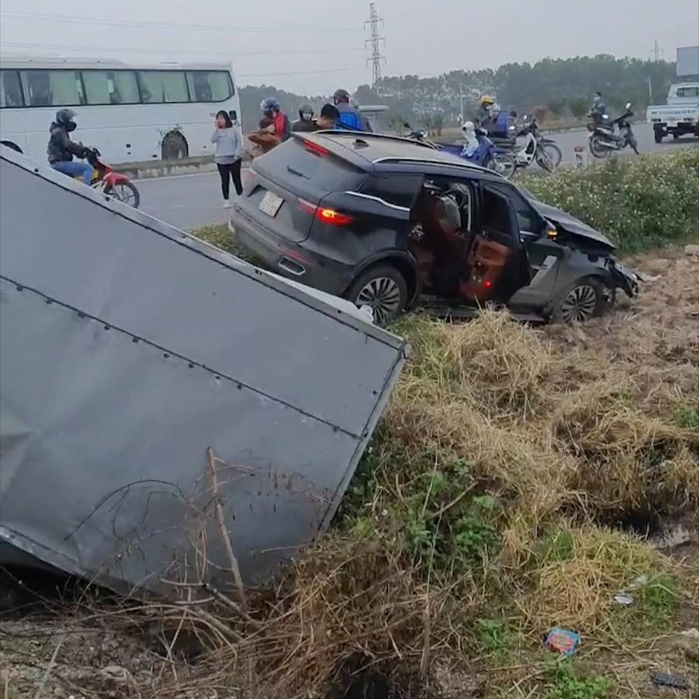 Cả hai chiếc ô tô đều lao xuống ruộng lúa bên đường