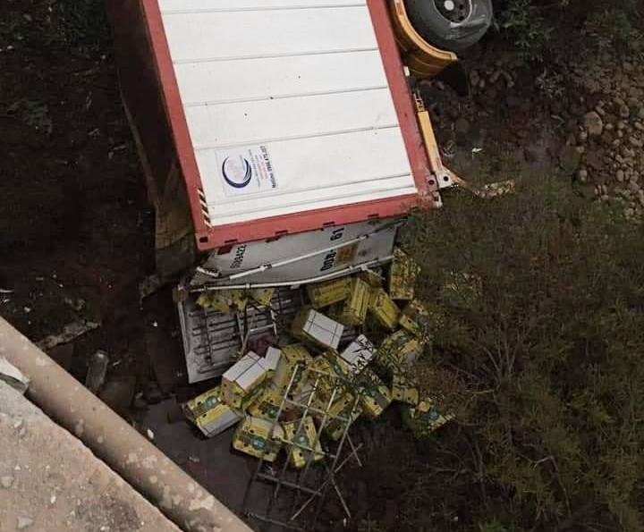 Hàng hoá trong thùng xe container rơi ra ngoài