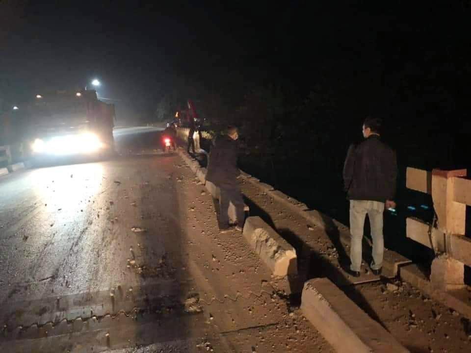 Một phần lan can cầu bị xe container tông sập