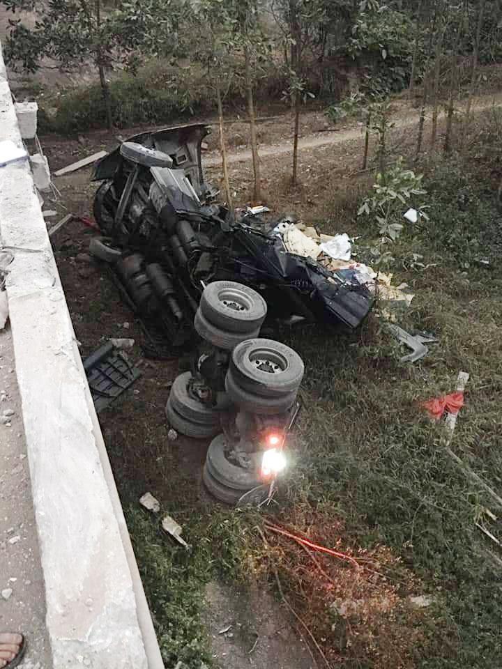 Chiếc xe container lao xuống bãi đất trống dưới cầu