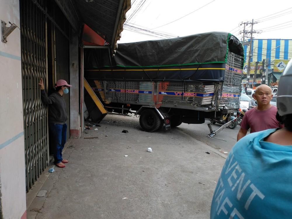 Chiếc xe tải lao vào nhà dân