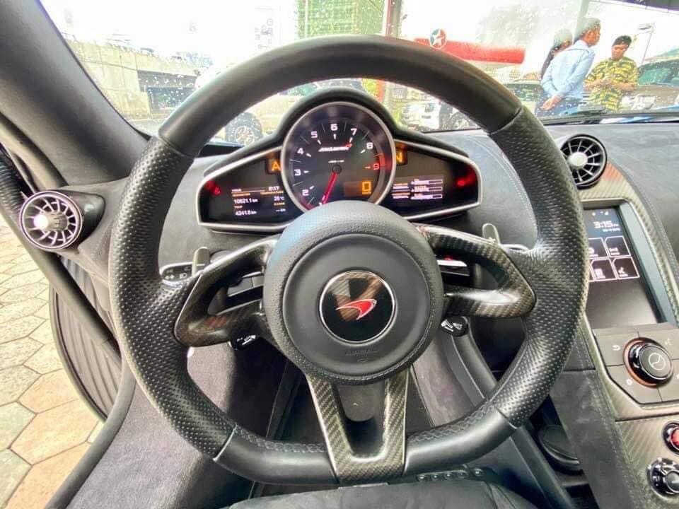 Vô lăng của siêu xe mui trần McLaren 650S Spider MSO