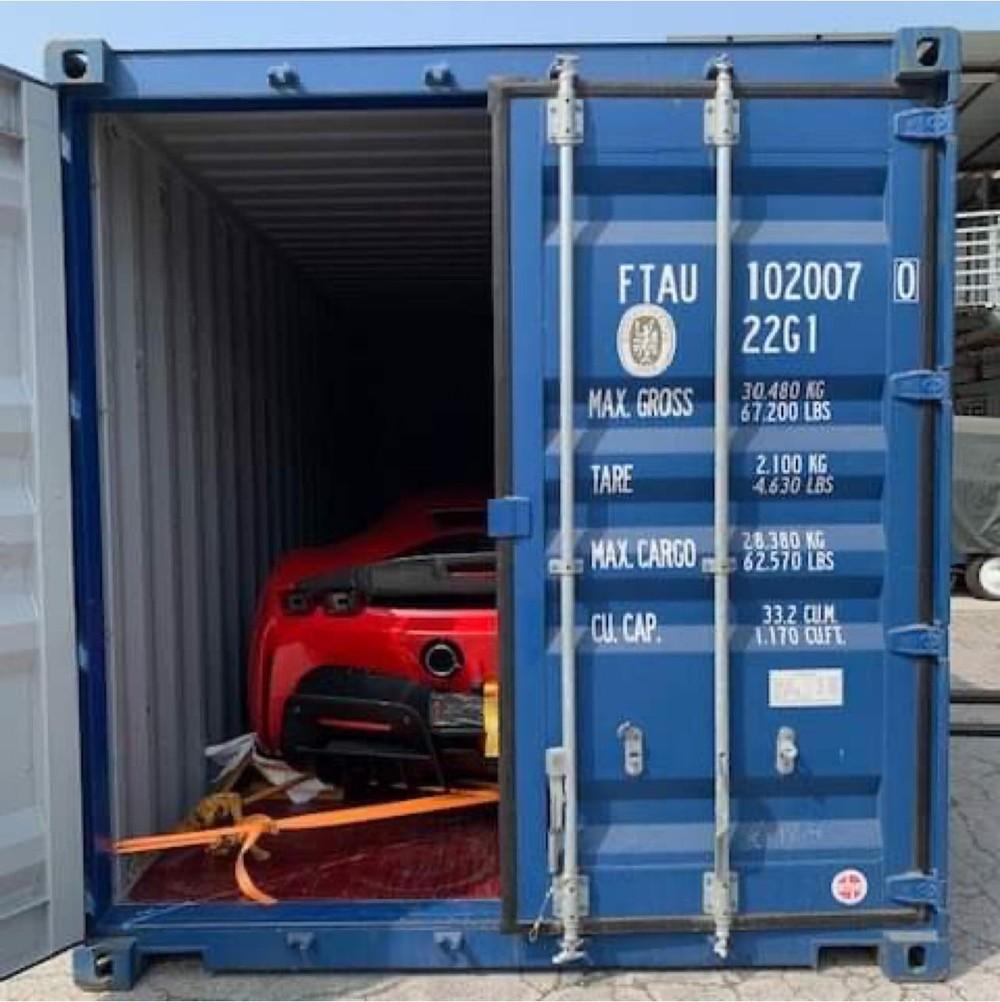 Hình ảnh chiếc siêu xe  Ferrari SF90 Stradale nằm trong container được cho ở một nước châu Á trước khi vận chuyển đường biển về Việt Nam