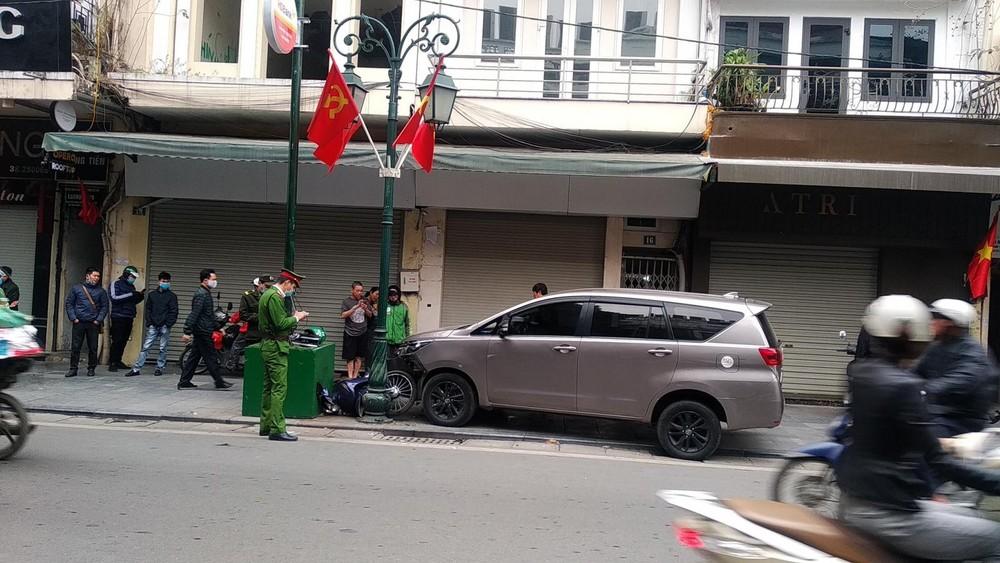 Lực lượng chức năng đang xử lý vụ tai nạn làm tài xế xe ôm công nghệ bị chấn thương nặng