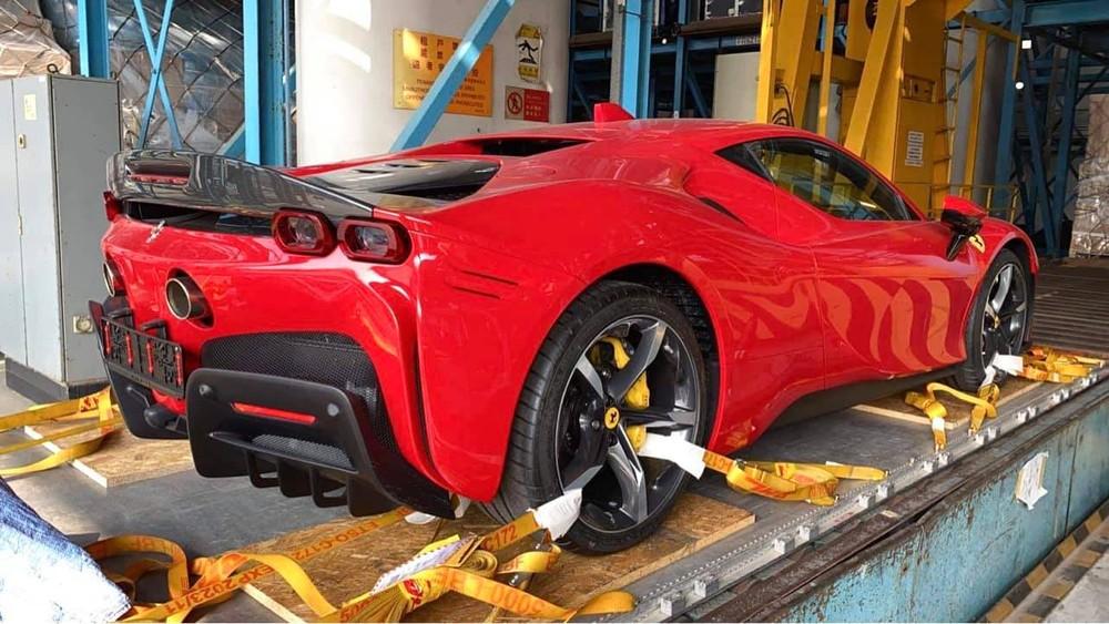 Chiếc Ferrari SF90 Stradale này có bộ mâm 5 chấu đơn sơn 2 màu tương phản