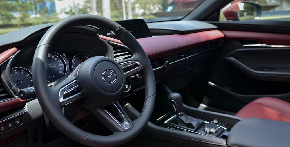 Tổng thể nội thất của Mazda3 2021 trên bản hatchback.